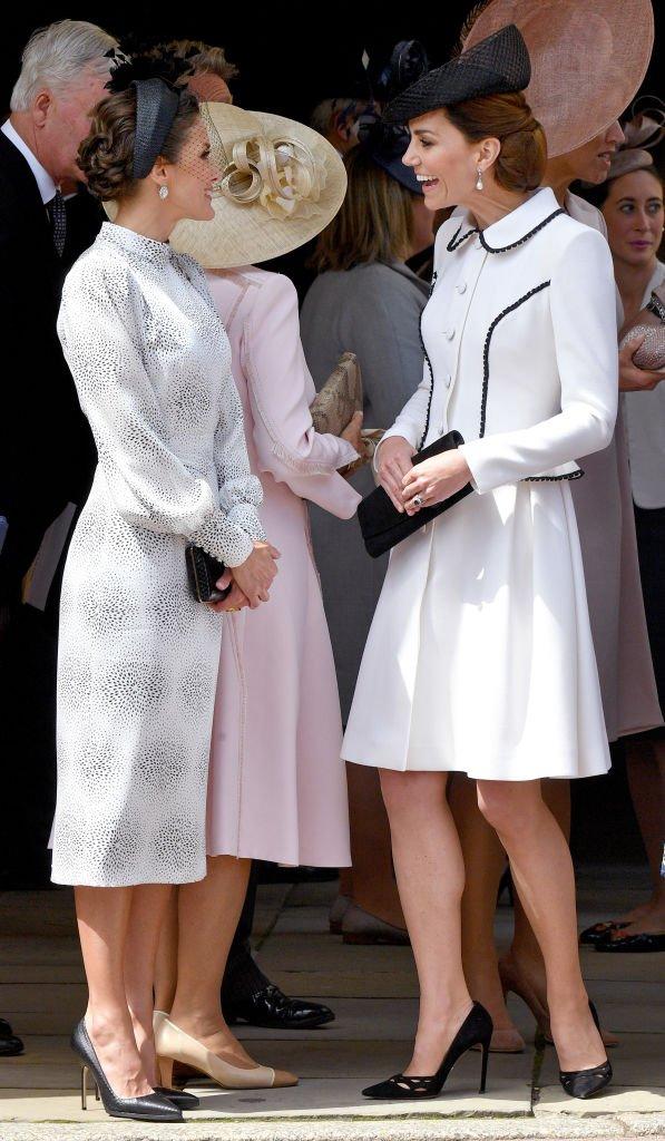 Camila se da la vuelta tras no poder unirse a la conversación entre Letizia y Kate. | Foto: Getty Images