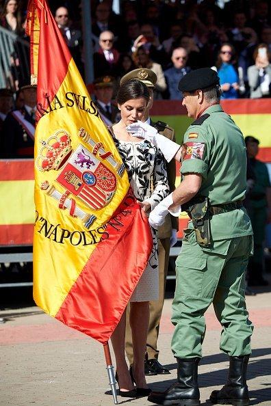 La reina Letizia hace entrega de la Bandera Nacional a los paracaidistas del Regimiento de Caballería de Infantería 'Nápoles'. Fuente: Getty Images