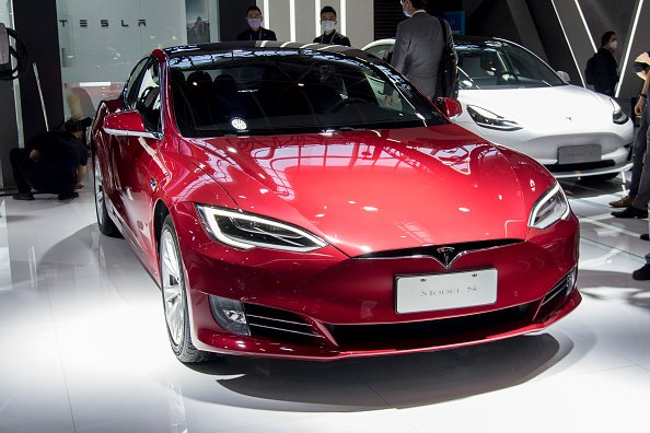 A Tesla Model S electric car is on display during 2020 Beijing International Automotive Exhibition. | Photo: Getty Images