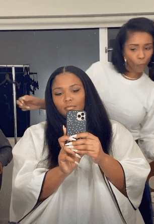 Lizzo getting her hair done by stylist Metowi Willingham / Source: Instagram/lizzobeeating