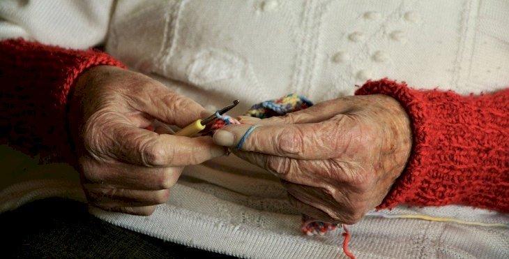 Une vieille femme entrain de tricoter | Photo : Pixabay