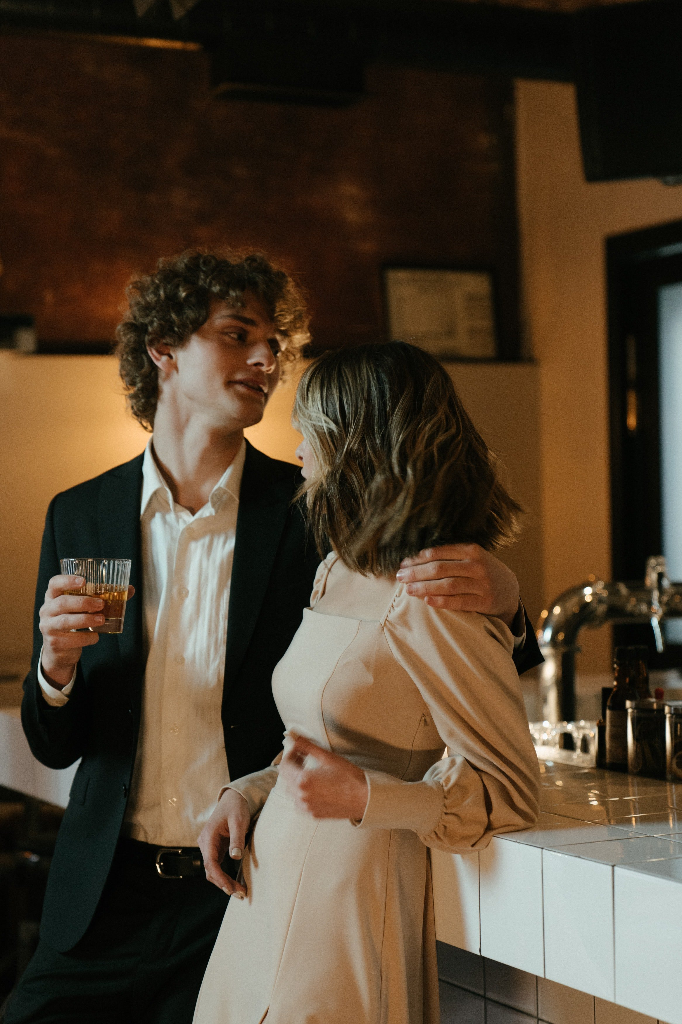 A woman and man talking in a bar.   Photo: Pexels/cottonbro