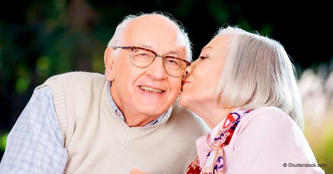 Senior kauft Dessous für seine Frau