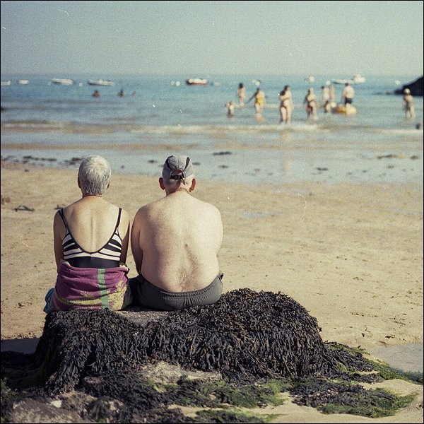 Un couple de personnes âgées profitant de la plage. l Source: Flickr