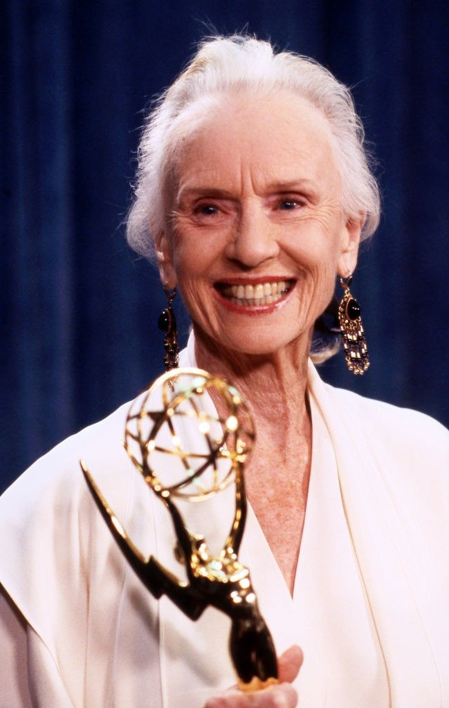 Jessica Tandy with Emmy Award at The 40th Primetime Emmy Awards at Pasadena Civic Auditorium in California on August 28, 1988 | Photo: Getty Images