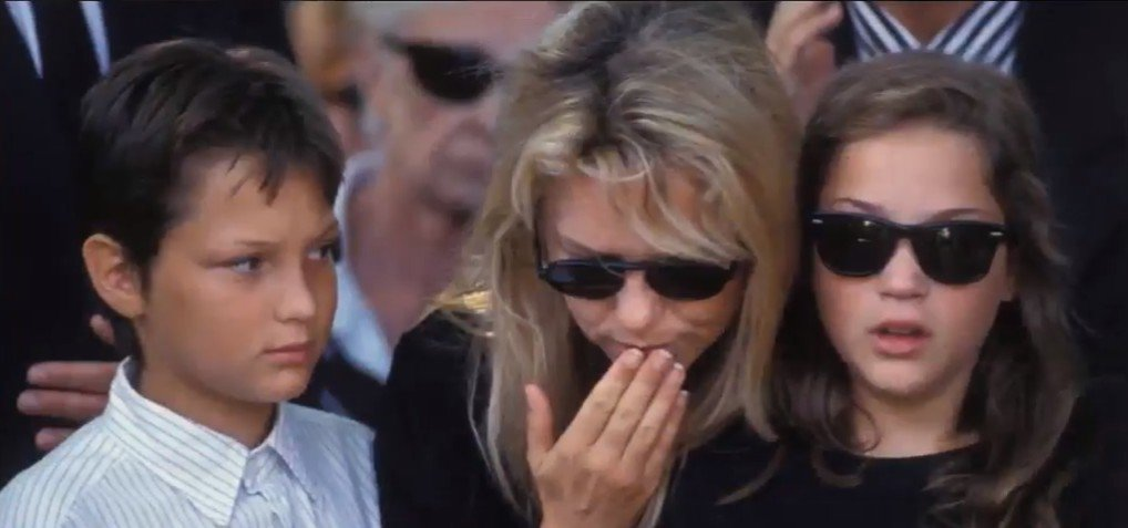 France Gall et ses enfants à l'enterrement de Michel Berger. l Photo : YouTube/ Divertissement Aujourd'hui