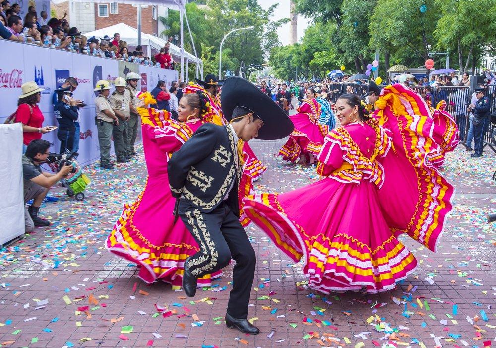 Participantes del desfile del Festival Internacional de Mariachi y Charros en Guadalajara.| Fuente: Shutterstock