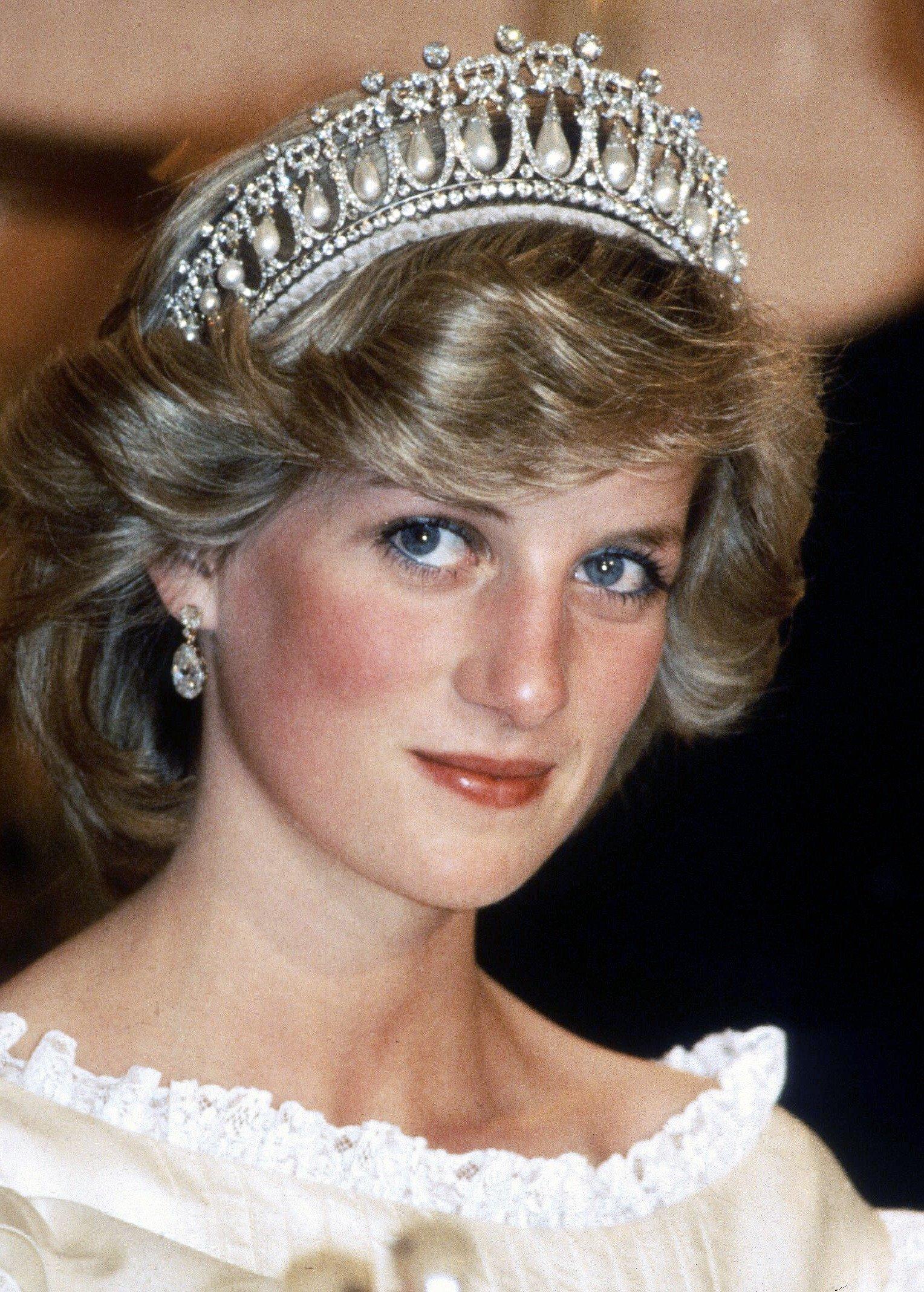 Diana, princesse de Galles, qui porte une robe à la Gina Fratina et la reine Mary Tiara, assiste à un banquet d'adieu le 29 avril 1983 à Aukland | Photo : Getty Images