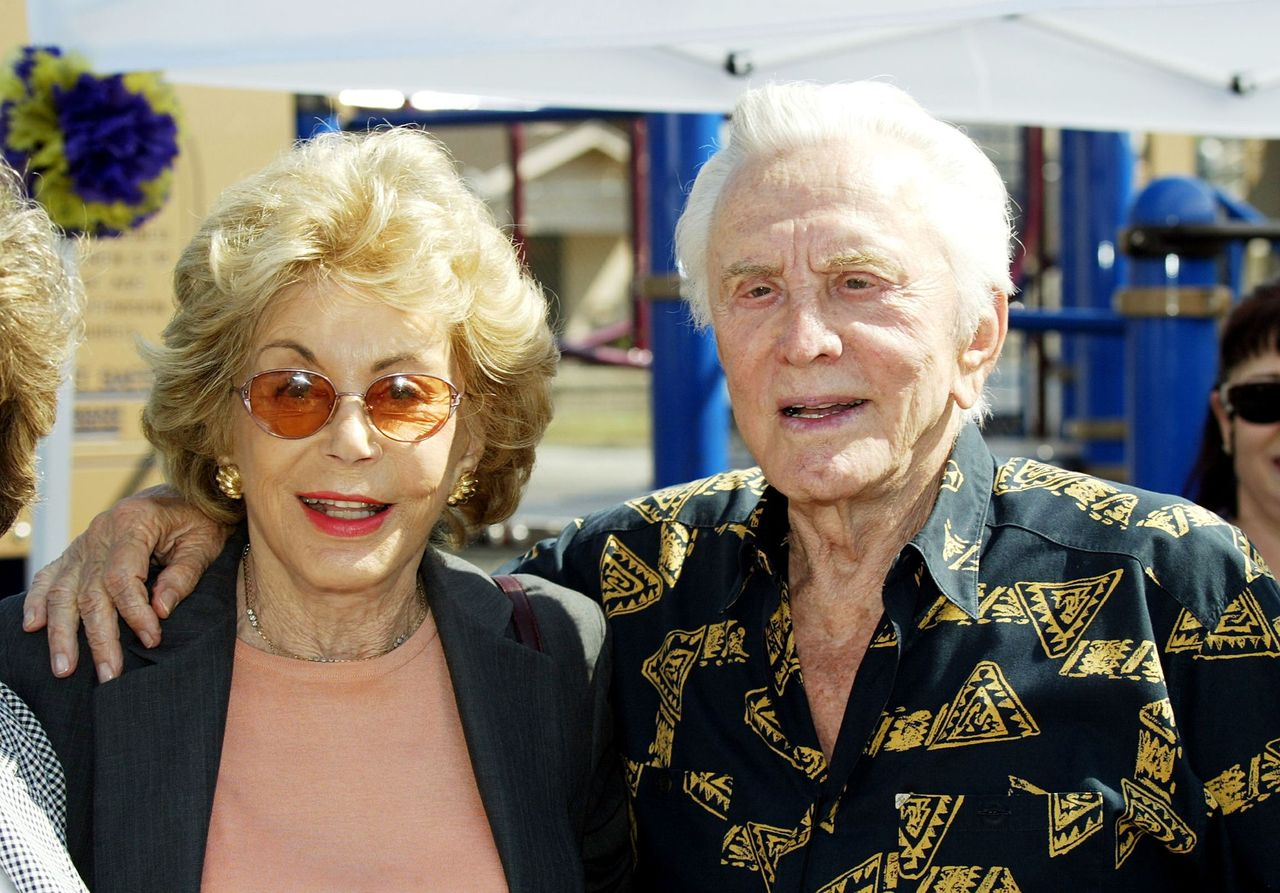 Kirk Douglas and Anne Douglas at Florence Avenue School on September 3, 2003 in South Los Angeles, California | Photo: Getty Images