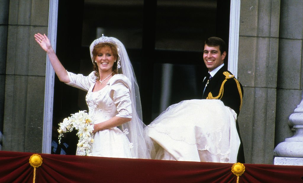 Sarah Ferguson, Duchess of York and Prince Andrew, Duke of York stand on the balcony of Buckingham Palace and wave at their wedding on July 23, 1986, in London, England. | Source: Getty Images.