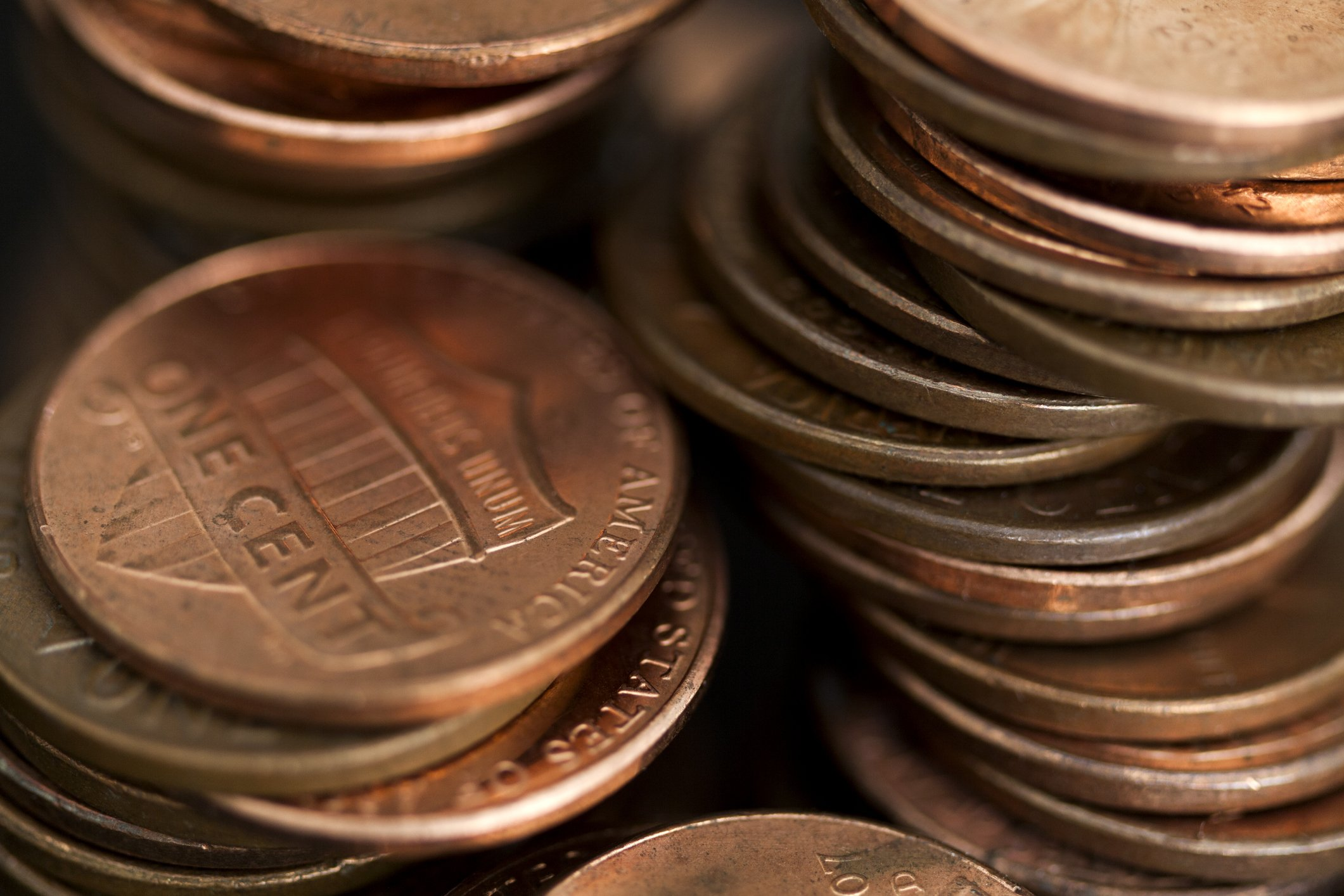 Loose stacks of US pennies | Photo: Getty Images