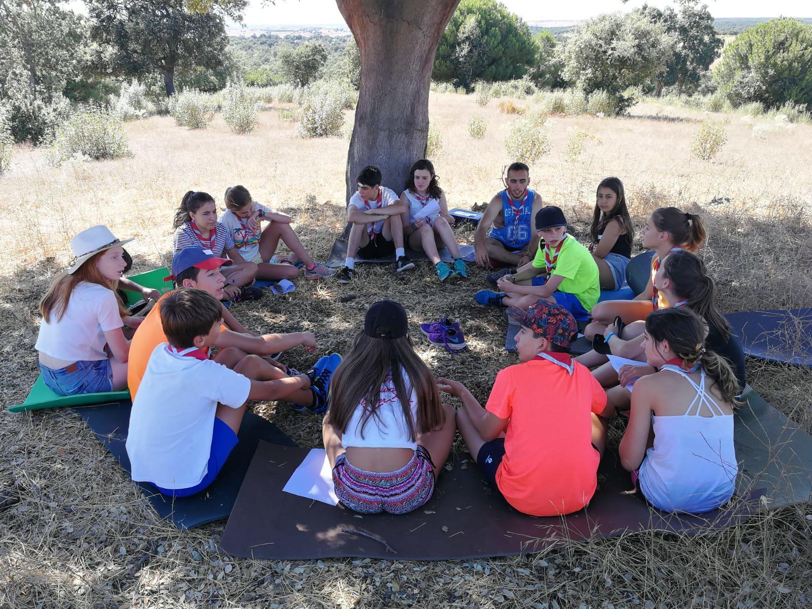 Grupo de niños realizando actividades en un campamento. | Imagen: Flickr