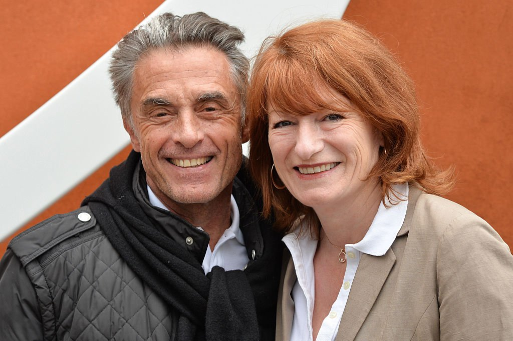 Gerard Holtz et sa femme Muriel Mayette-Holtz assistent à la septième journée de l'Open de France 2016 à Roland Garros. | Photo : Getty Images
