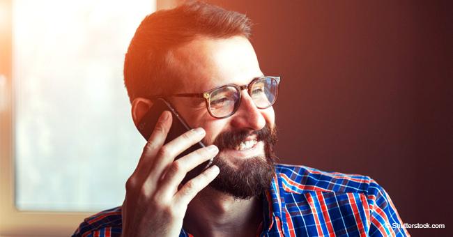 Mann erhält einen lästigen Anruf von einem Telefonverkäufer