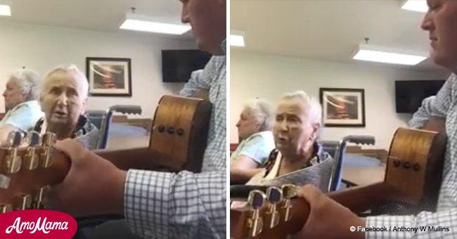 Eine alte Dame zeigt ihre mächtige Stimme und ihr Gesang wird schnell viral