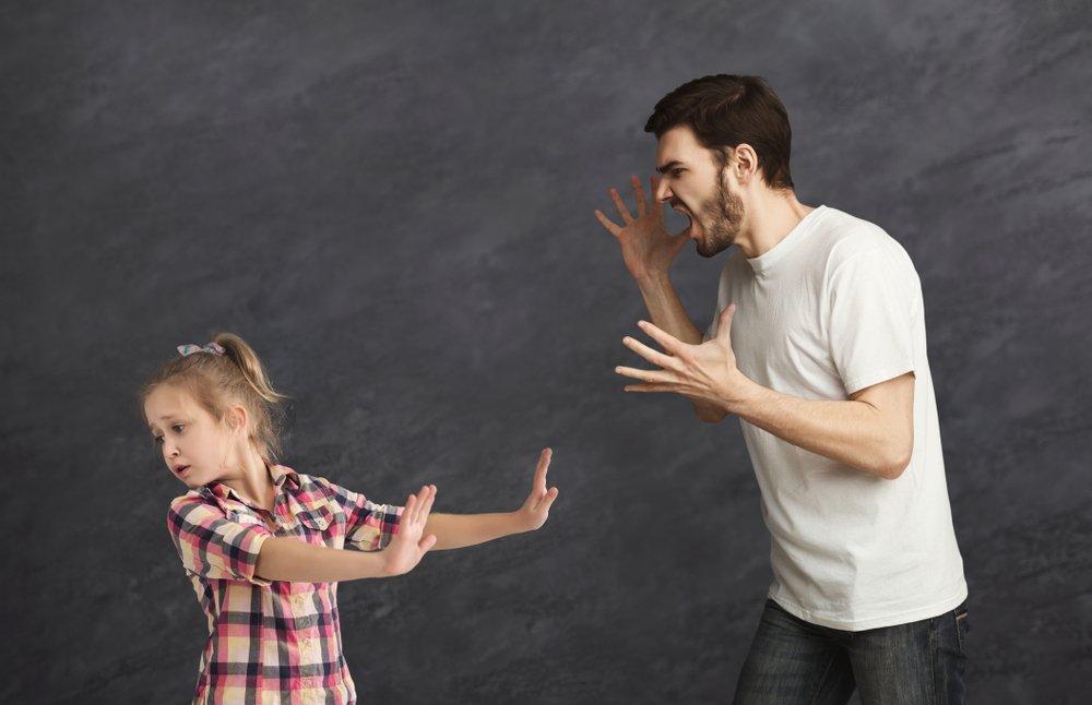 Hombre adulto gritándole a una niña. Fuente: Shutterstock