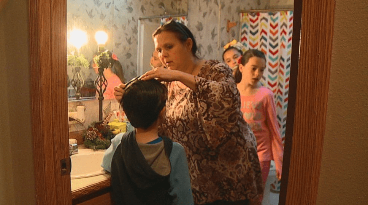 Terri can be seen fixing her kids' hair and helping them get ready for the day | Photo: ABC