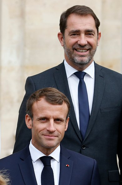 Le président français Emmanuel Macron et Christophe Castaner, nouveau ministre français de l'Intérieur, posent pour une photo de famille avec des membres du gouvernement après la réunion hebdomadaire du cabinet à l'Elysée le 17 octobre. | Photo : GettyImage