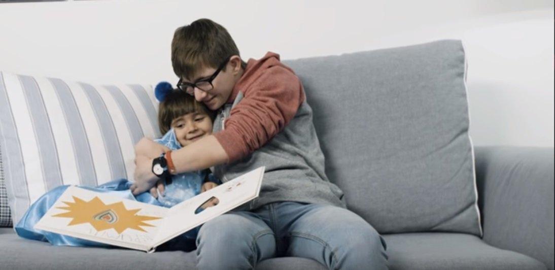 Hermanos abrazados.| Imagen tomada de: YouTube/Down España