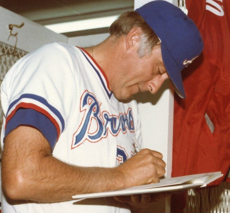 Phil Niekro signing an autograph in 1982   Photo: Jim Accordino,CC BY 2.0, Wikimedia Commons