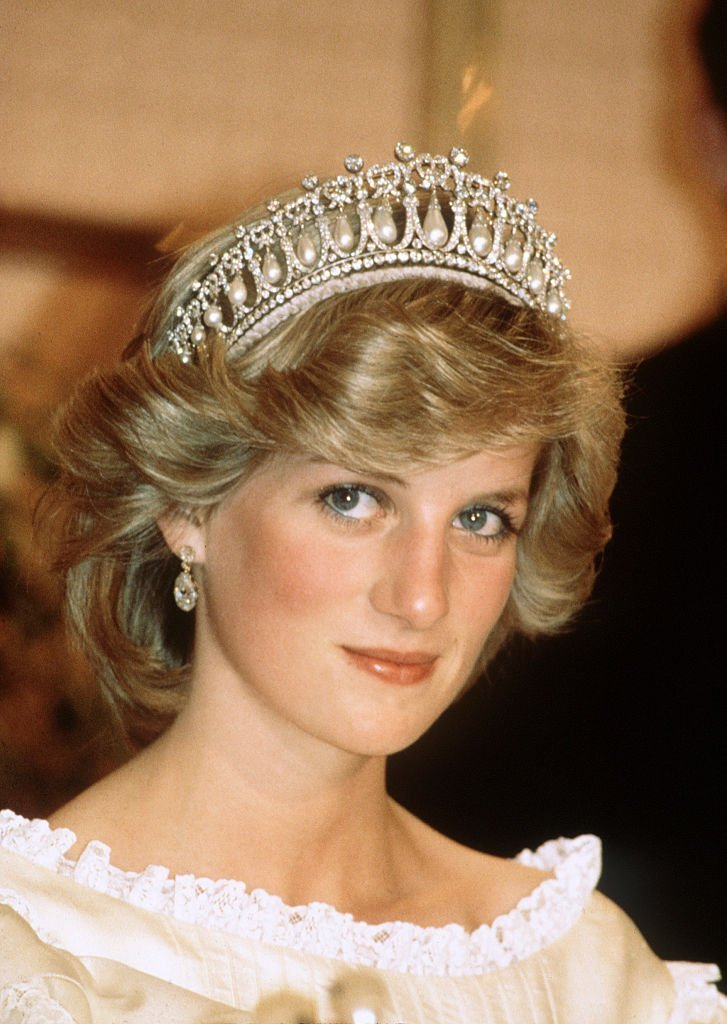 Diana, Princess of Wales wears the Cambridge Lover's Knot tiara (Queen Mary's Tiara) and diamond earrings during a banquet on April 29, 1983 | Photo: GettyImages