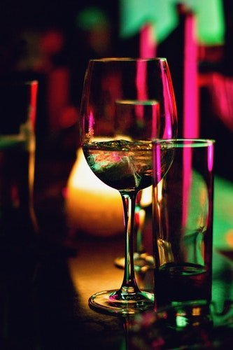 verre à vin à moitié rempli. | Photo : Unsplash