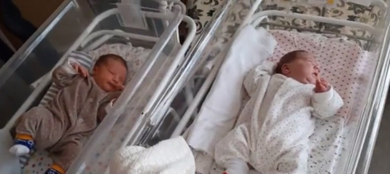 Babies born 11 weeks apart by the same mother.| Photo: YouTube/BreakingNews Channel.
