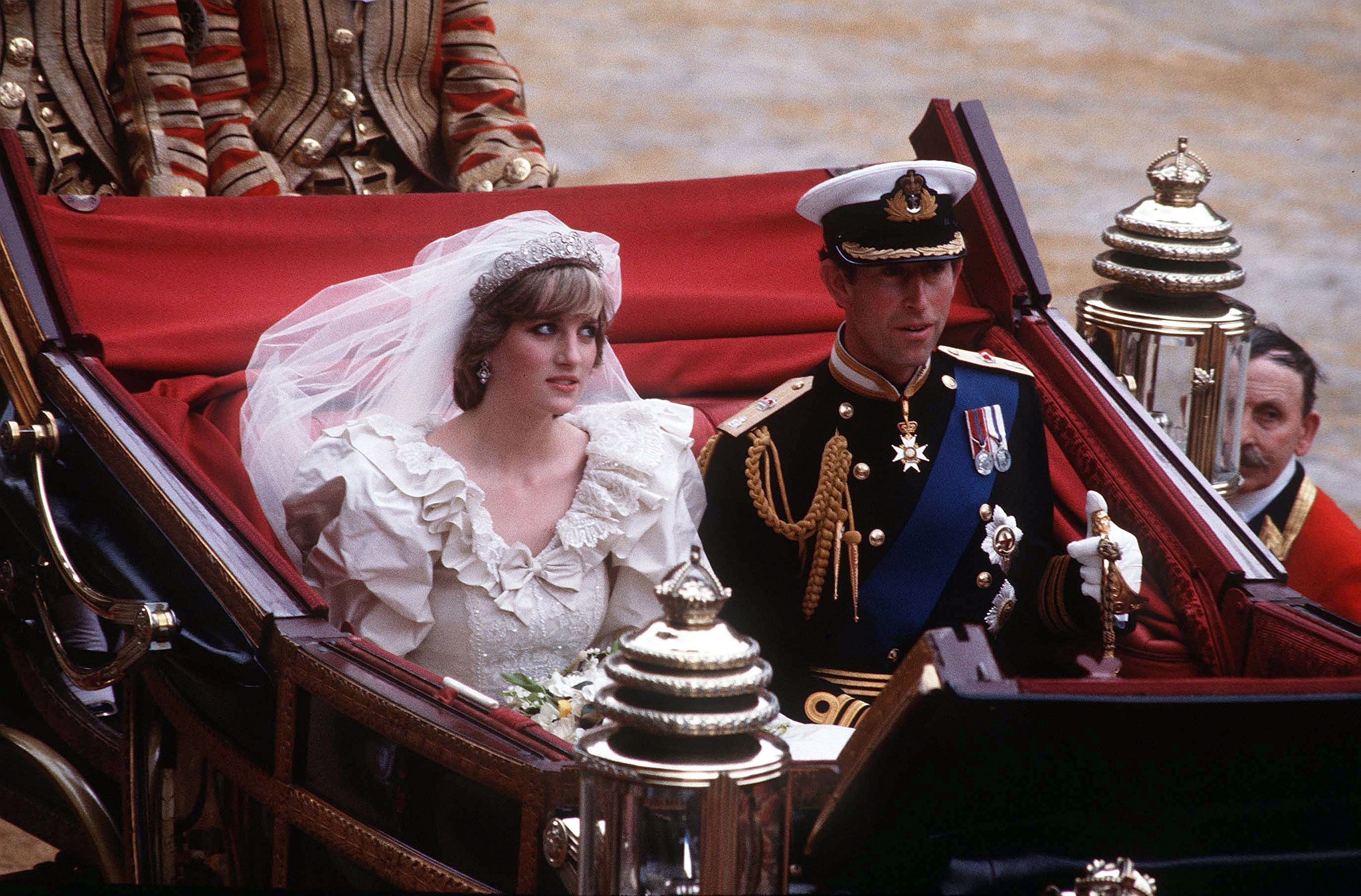 Diana, Princess of Wales and Prince Charles ride in a carriage after their wedding at St. Paul's Cathedral July 29, 1981, in London. | Source: Getty Images.