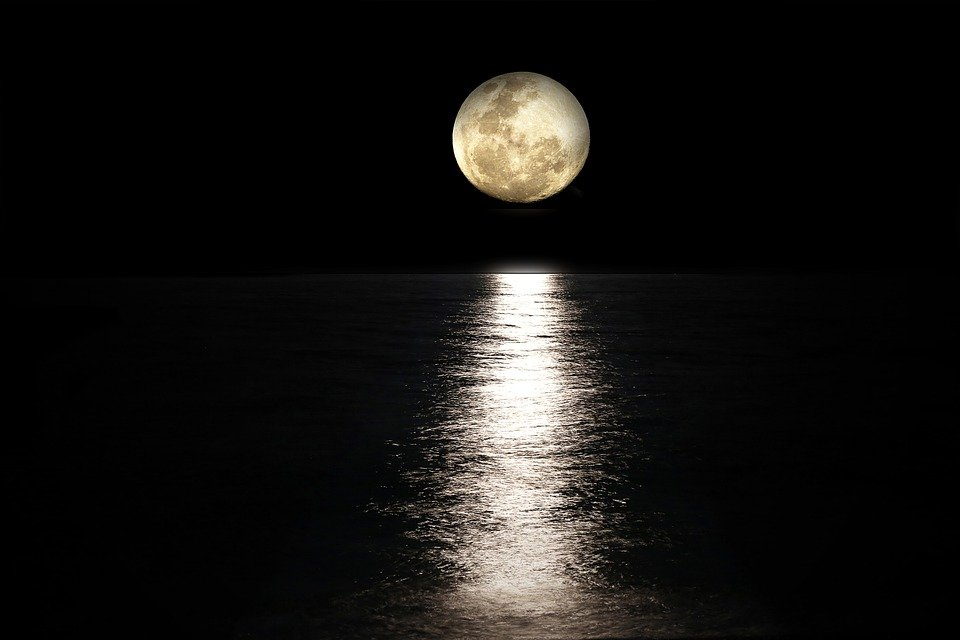 Luna llena sobre el mar. | Foto: Max Pixel