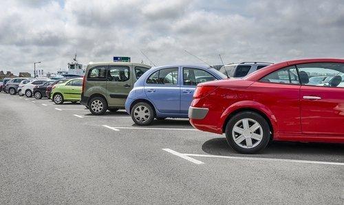 Autos auf Parkplatz | Quelle: Shutterstock
