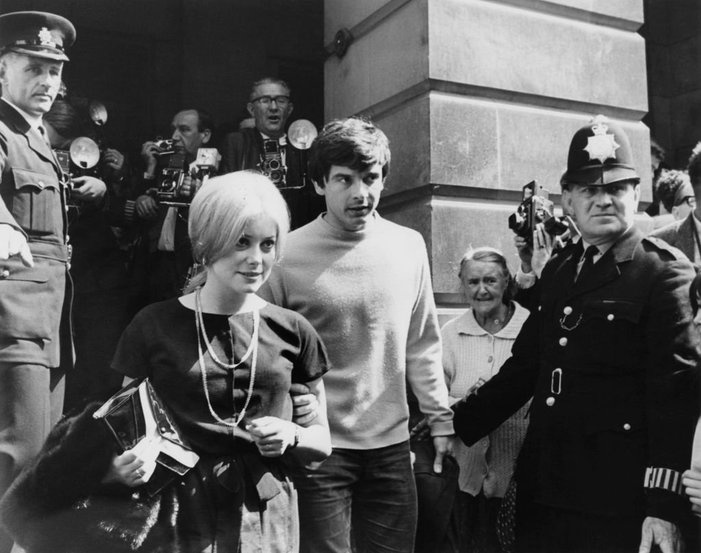Le photographe britannique David Bailey et l'actrice française Catherine Deneuve sur les marches du bureau d'enregistrement de St Pancras à Londres le jour de leur mariage, le 18 août 1965. Photo : Getty Images