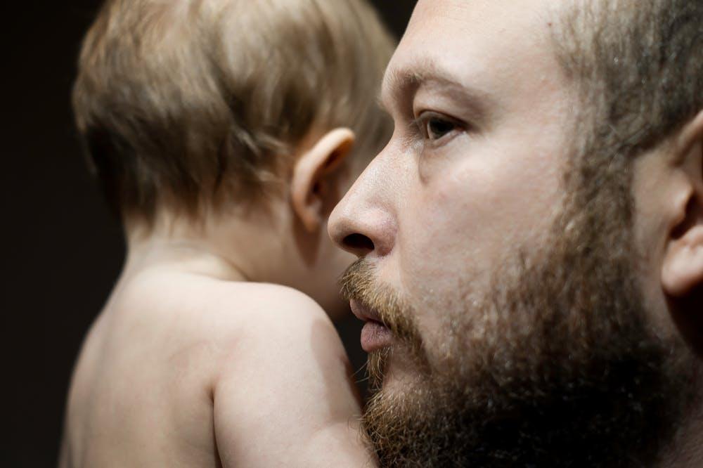 Un père portant son bébé. l Source: Pexels