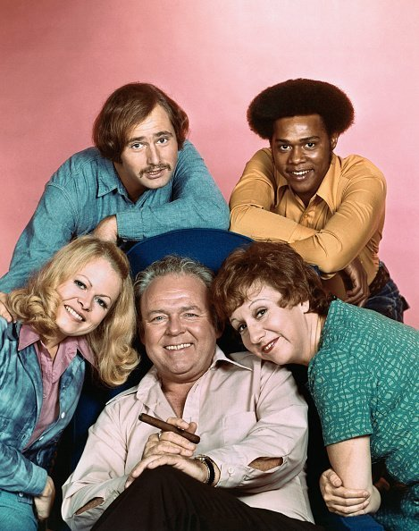 "Le casting de ""All in the Family"" : Carroll O'Connor, Sally Struthers, Rob Reiner, Mike Evans et Jean Stapleton 