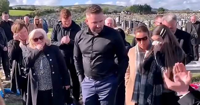 L'enterrement d'un homme perturbé par sa voix dans le cercueil qui s'avère être une blague