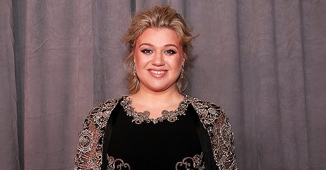 Kelly Clarkson's Bold Outfit with Oversized Cuffs and Huge Lapels Gets Reactions from 'The Voice' Fans