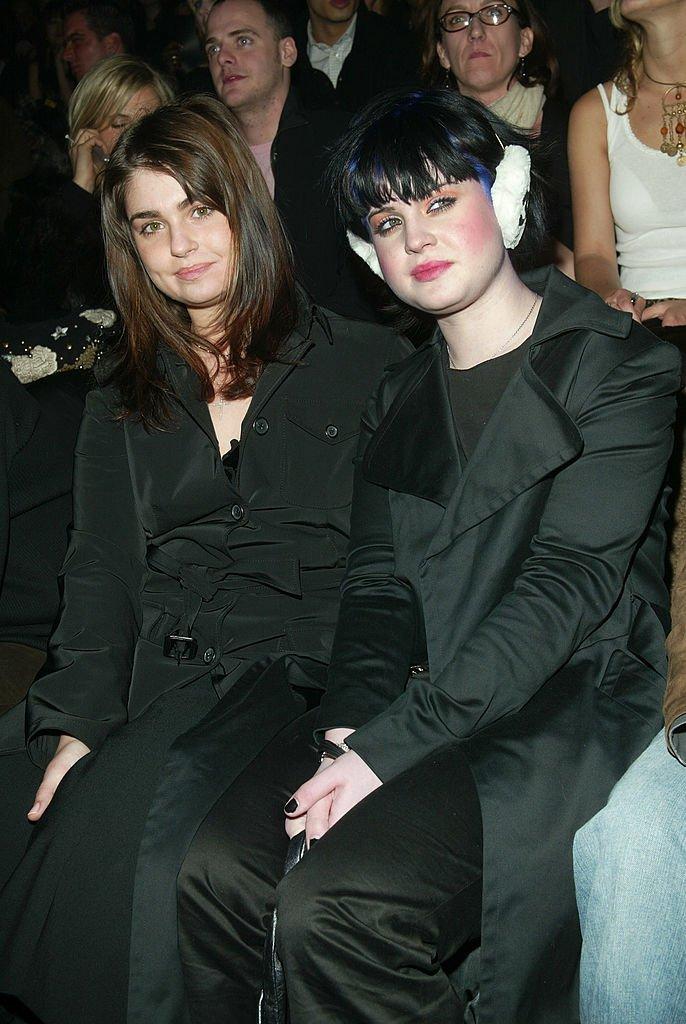 Aimee et Kelly Osbourne lors d'un défilé de Sean John en 2003. | Source : Getty Images