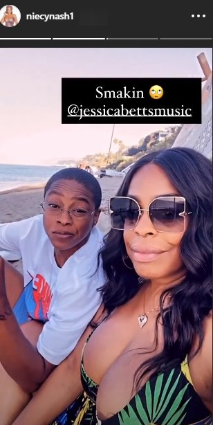 A photo of Jessica Betts and Niecy Nash spending time at the beach. | Photo: Instagram/Niecynash1