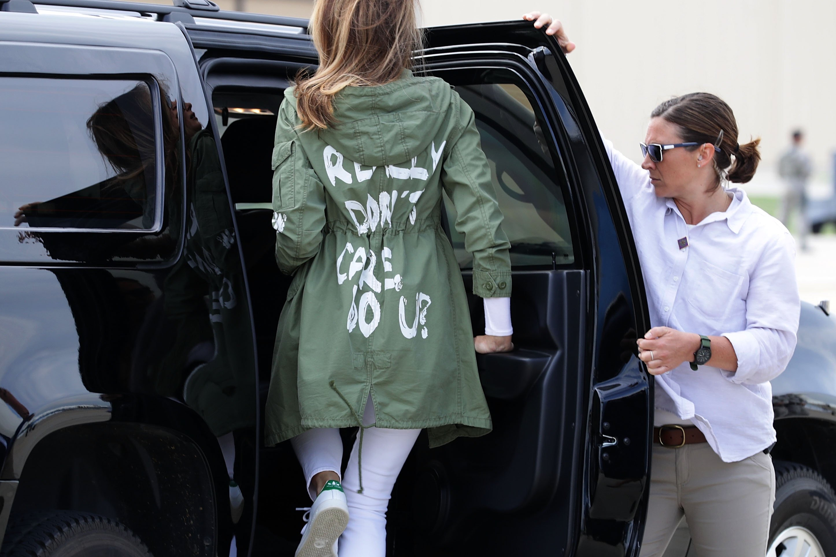 U.S. first lady Melania Trump climbs back into her motorcade after traveling to Texas to visit facilities that house and care for children taken from their parents at the U.S.-Mexico border June 21, 2018 | Photo: GettyImages