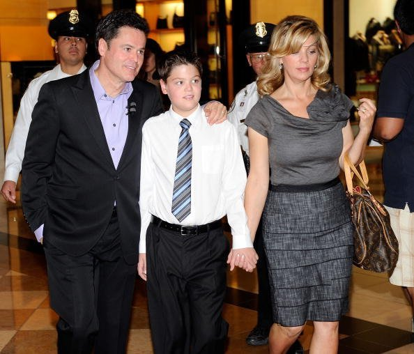 Donny Osmond, son Josh Osmond, and wife Debbie Osmond at The Forum Shops at Caesars on October 10, 2010 | Photo: Getty Images