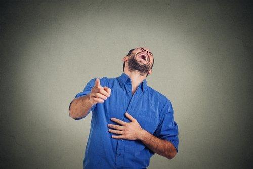 Hombre ríe a carcajadas. | Fuente: Shutterstock.