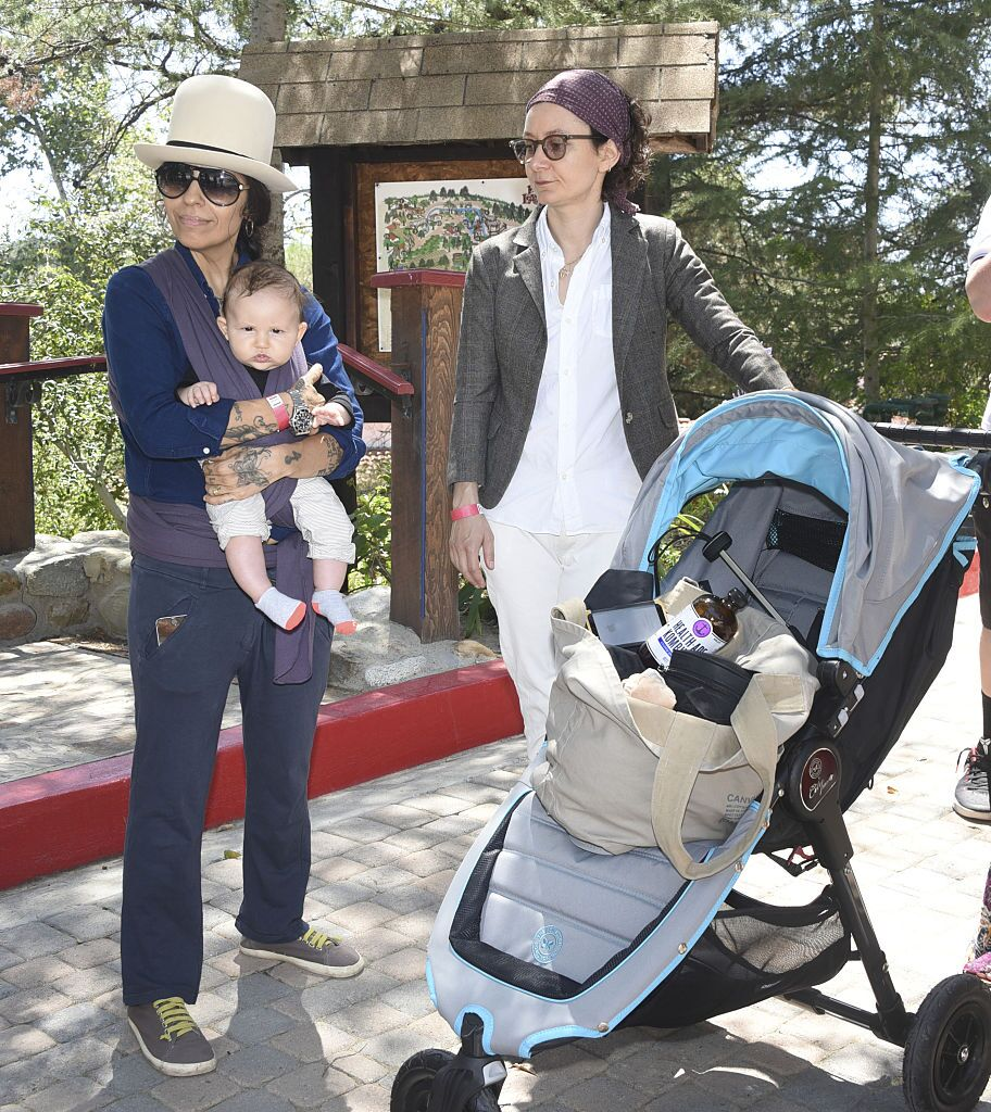 Linda Perry, Sara Gilbert and son Rhodes Emilio Gilbert Perry attend Peak Mind Foundation Hosts A Talk With His Holiness The 14th Dalai Lama  | Getty Images / Global Images Ukraine