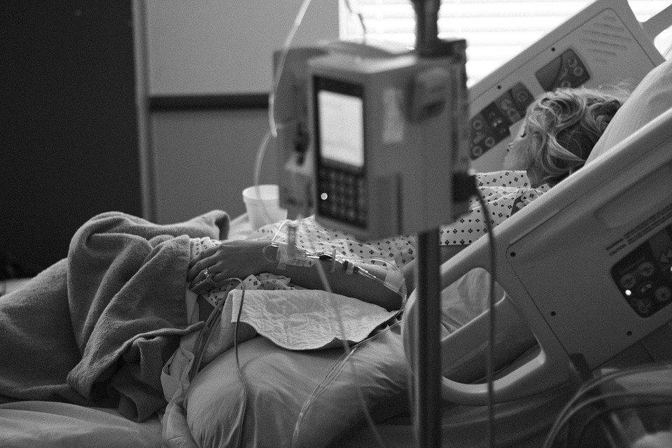 Junge Frau in Krankenhausbett | Quelle: Pixabay