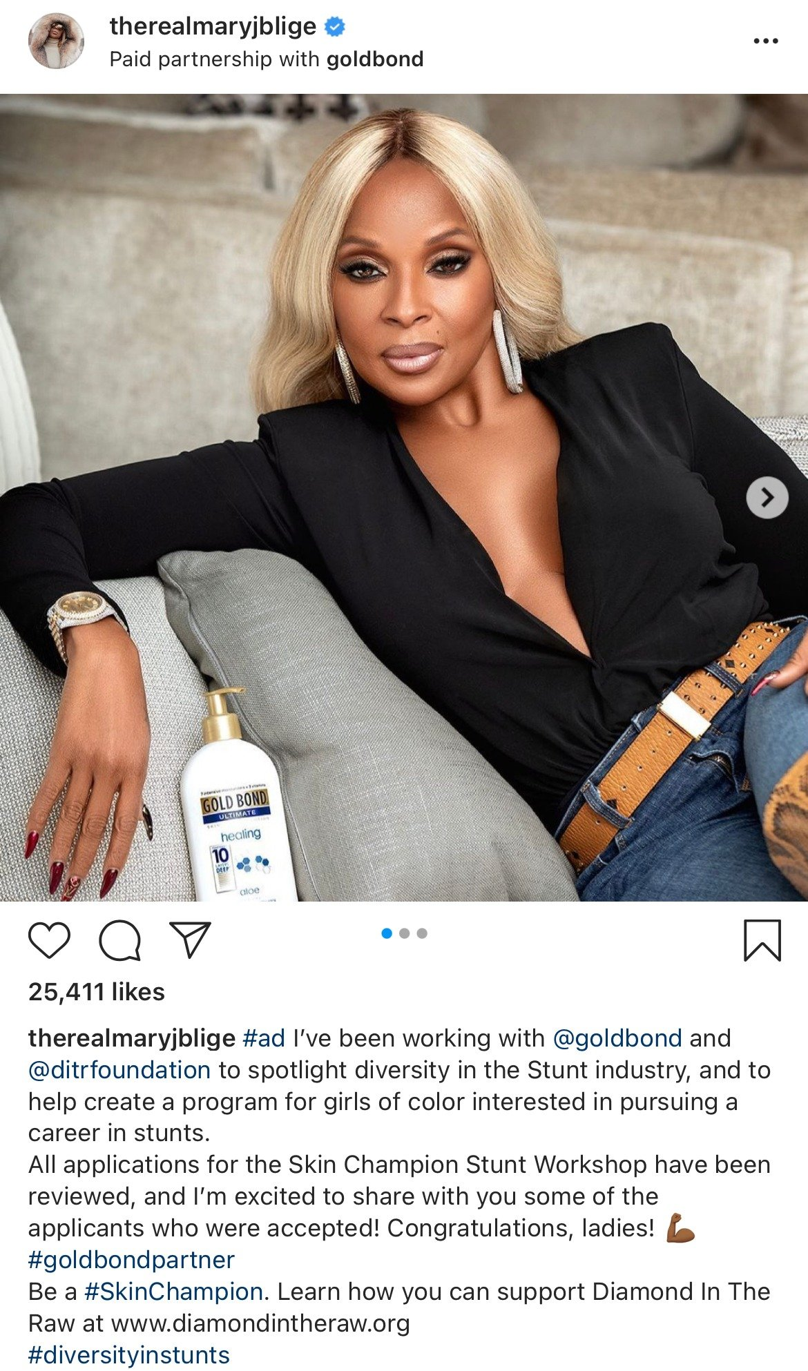 Mary J. Blige looking divine and youthful in her black top and eye-catching accessories. | Photo: instagram.com/therealmaryjblige