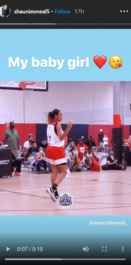 Another clip of Me'arah O'Neal playing basketball on her mom's Instagram story | Photo: Instagram/shaunieoneal5