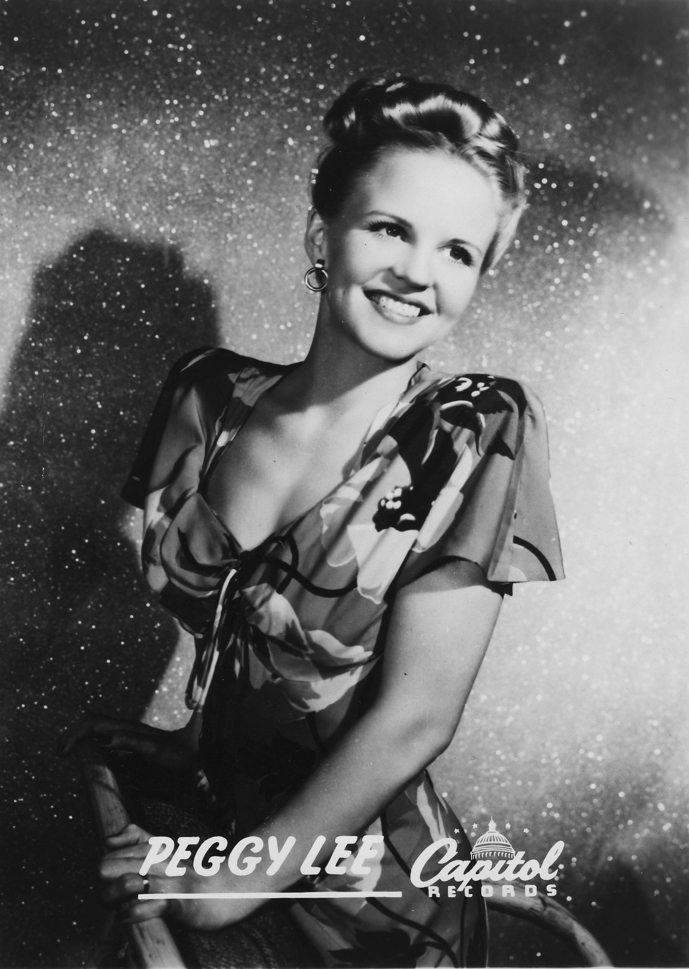 Peggy Lee poses for a studio portrait in 1944 | Photo: Getty Images