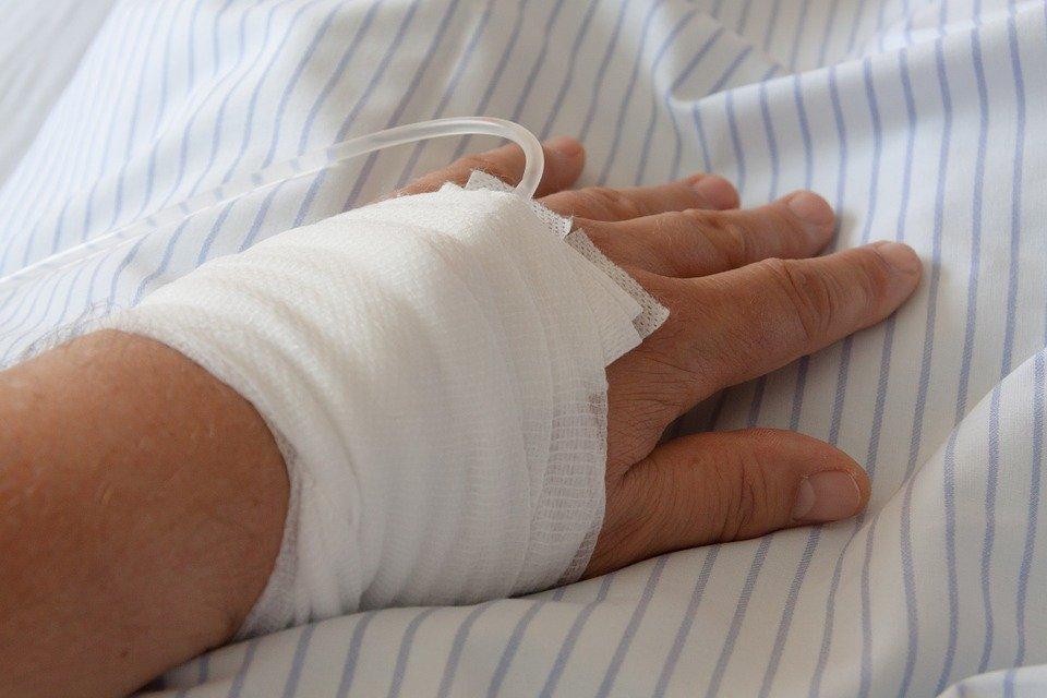 Vía intravenosa en brazo.| Imagen: Pixabay