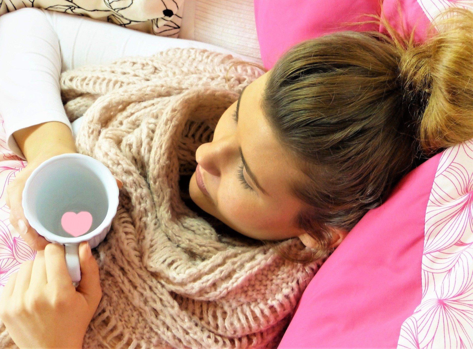 Mujer con síntomas de gripe. Fuente: Pixabay