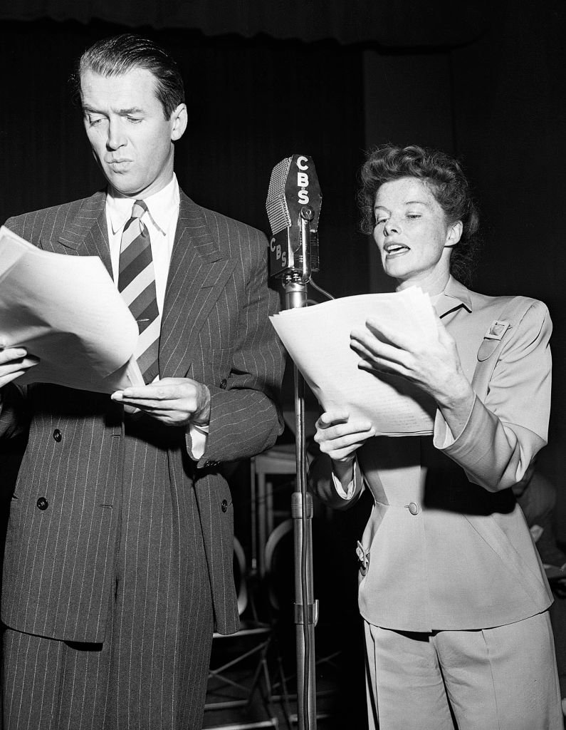 "James Stewart und Katharine Hepburn proben ihren Auftritt in der CBS-Radiosendung ""The Philadelphia Story"" am 17. März 1947 in Los Angeles, Kalifornien. (Foto von CBS über Getty Images) I Quelle: Getty Images"