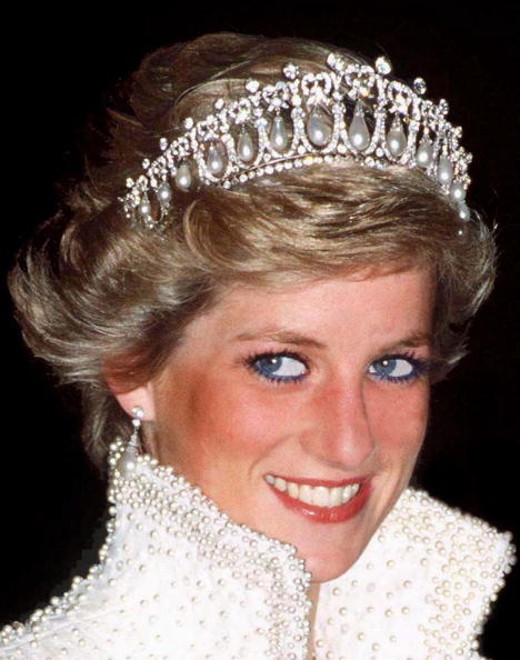 Princesse de Galles, Princesse Diana à Hong Kong portant une couronne de perles et de diamants.| Photo : Getty Images.