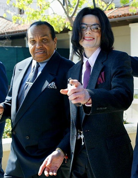 Michael Jackson and Joe Jackson departing the Santa Maria Superior Court in 2005 in California | Photo: Getty Images